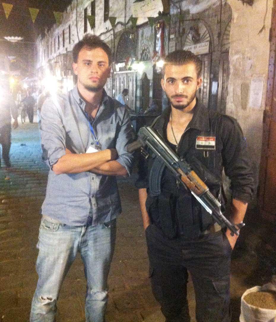 Foto del enviado anfibio Daniel Wizenberg junto a un soldado