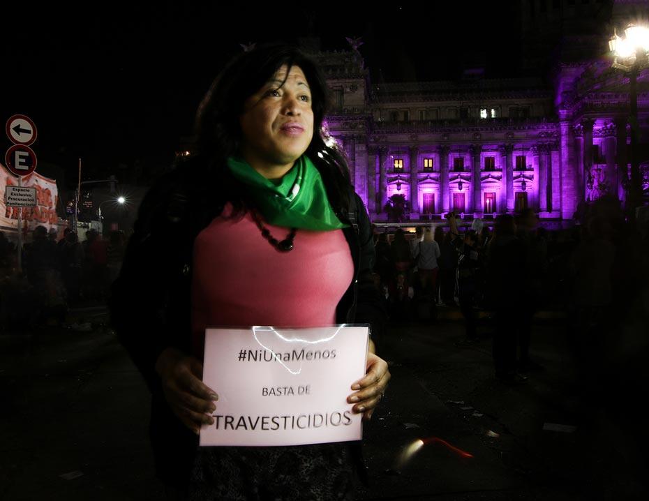 Diana Sacayán fue la primer persona trans a la que se le reconoció su identidad jurídicamente. El año pasado, Anfibia la fotografió, junto a tantas otras, en el primer Ni Una Menos. Diana está muerta. Fue víctima de travesticidio el 13 de octubre de 2015.