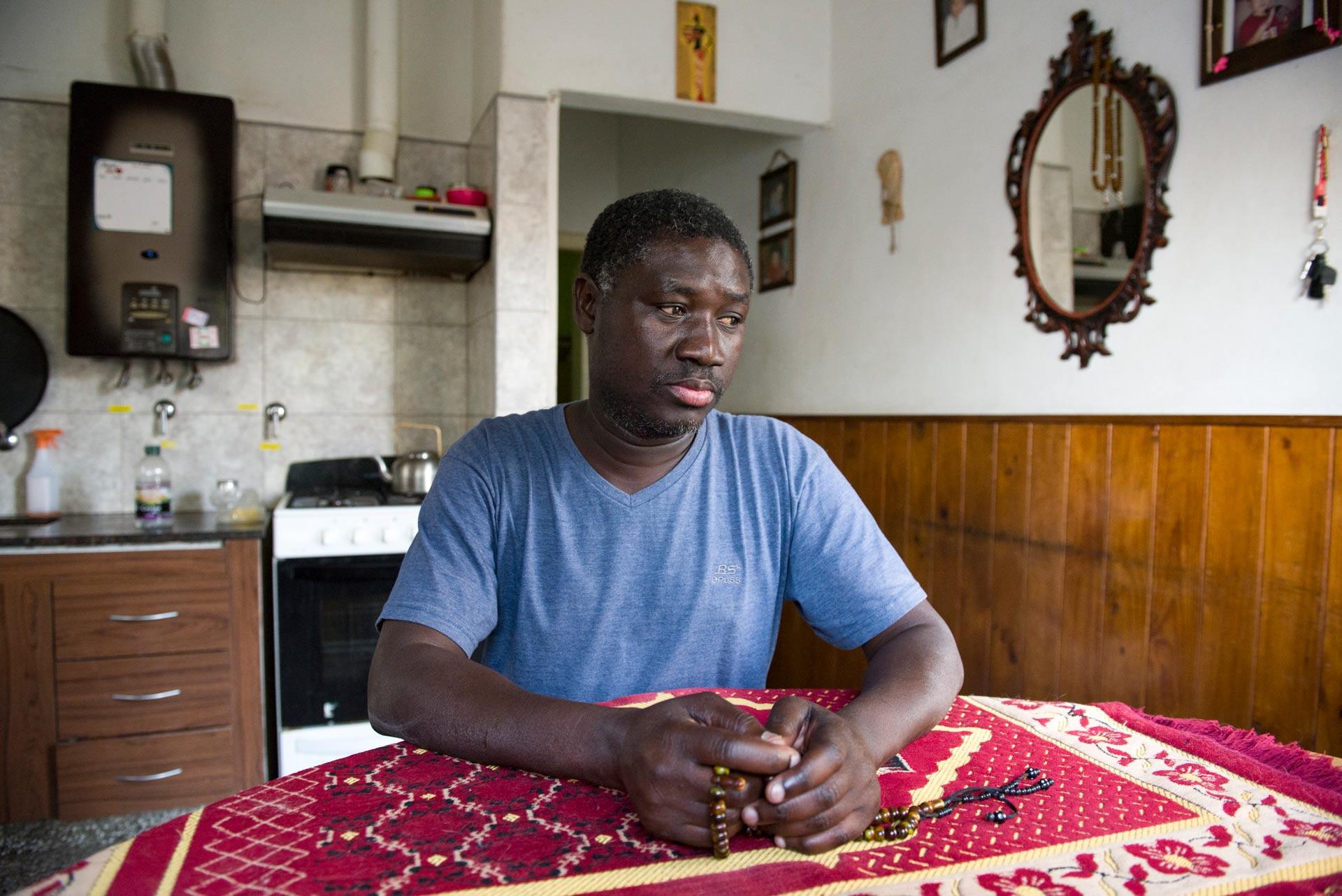 Nar sentado en la cocina detenido en su hogar. Fotografía: Pablo Presti / Cosecha Roja