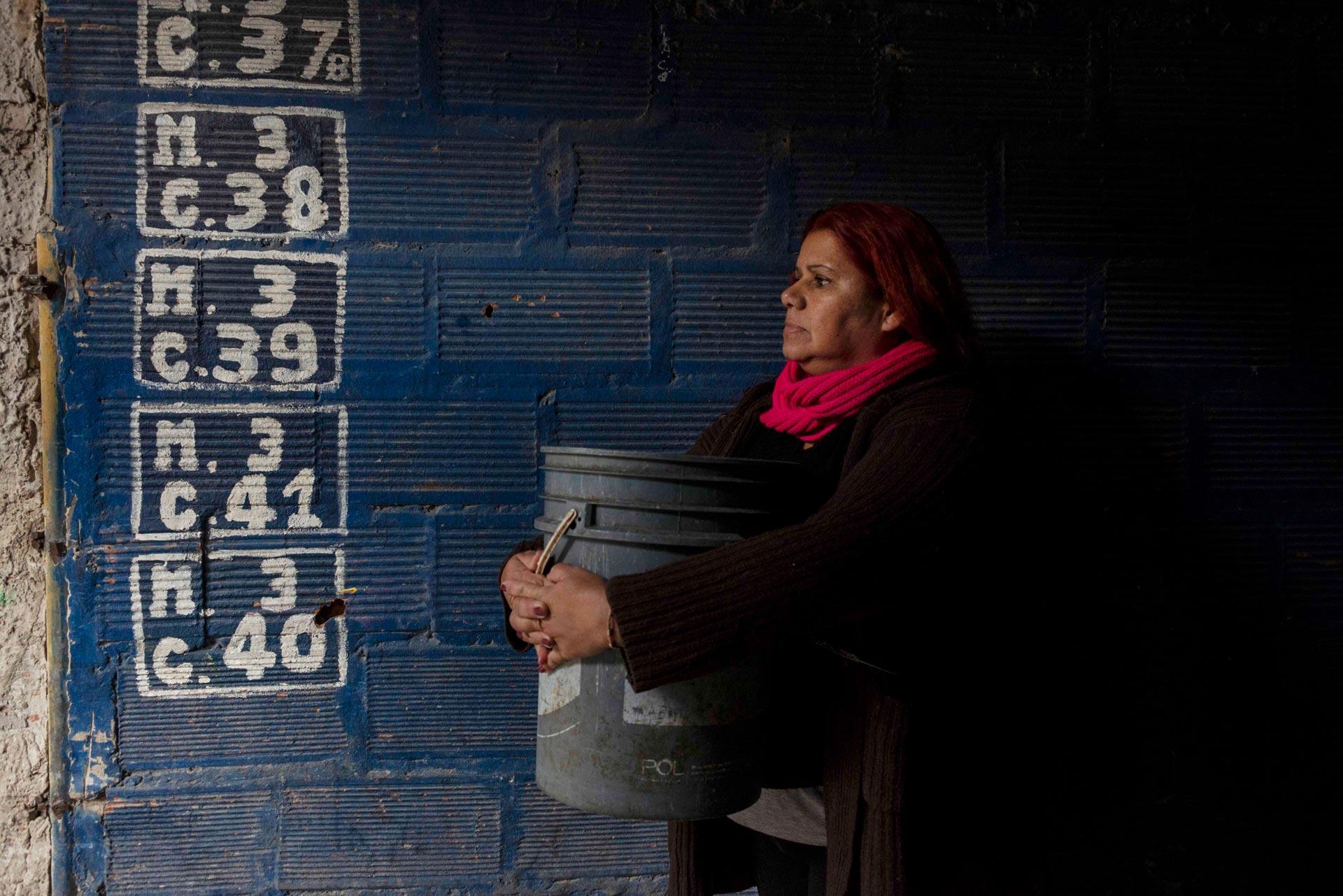 Cristina (50) sale cada una hora al pasillo de su casa para ver si el agua volvió. No es la primera vez que pasa. En verano los cortes son frecuentes en este mundo de 65.000 habitantes.