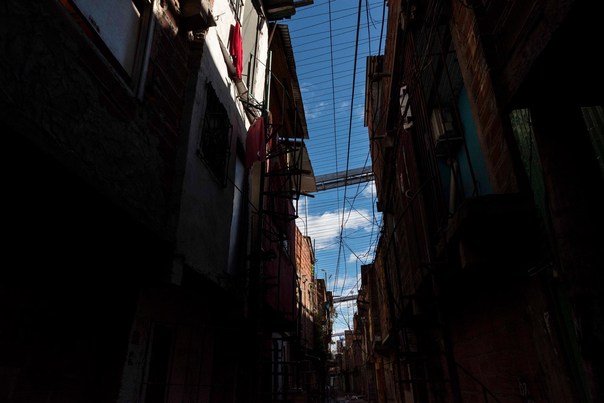 En medio de la pandemia por Coronavirus, el barrio popular más numeroso de la ciudad de Buenos Aires se quedó sin agua. El suministro se cortó a los pocos días de que comenzara el contagio comunitario. El número de casos se disparó de 3 a 151.