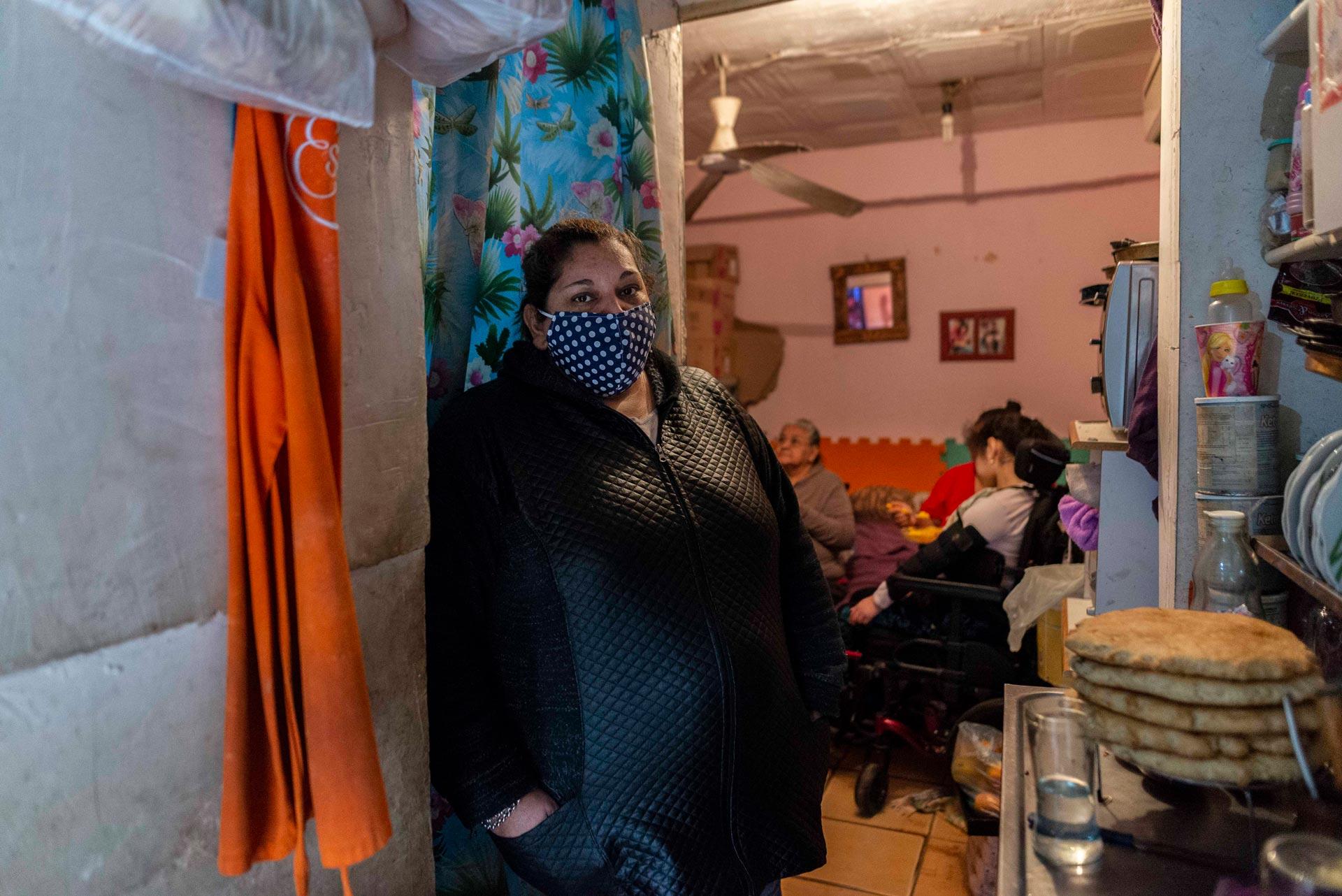 """Ramona (43) vivía con siete personas más en una habitación de tres por tres metros cuadrados y con un solo baño. Después de estar doce días sin agua, fue internada por neumonia y le diagnosticaron Coronavirus. Su muerte, su historia y la de su familia se convirtieron en símbolo de los reclamos y la desidia. Ramona soñaba con una promesa que le habían hecho las autoridades municipales: poder mudarse a otra casa, hech mediante un plan de reunirbanización, tener más espacio, darle una mejor vida a su hija de 12 años discapacitada. Ahora, sus dos hijas están infectadas. """"Esto no es vida, no se puede vivir así -me dijo Ramona-. Entre comprar algohol en gel o pan, ¿vos qué elegís?"""""""
